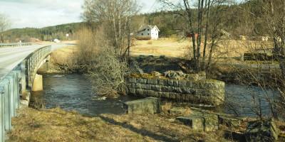 Enningdalen bru med Kirkebøen gård fra svenskesiden. Foto: Svein Norheim, Østfoldmuseene Halden historiske Samlinger