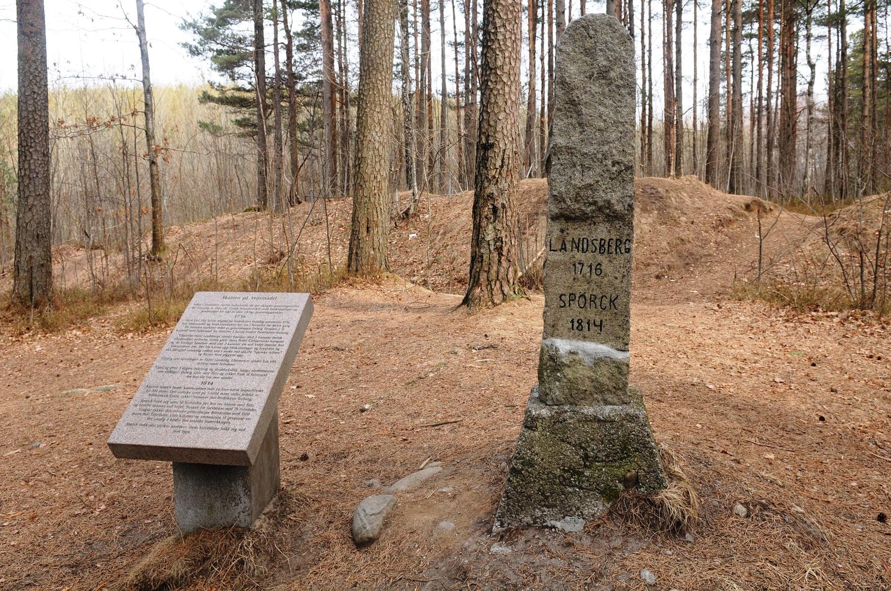 Bautaen og informasjon ved skansen på Veden-vadet. Foto: Svein Norheim, Østfoldmuseene Halden historiske Samlinger.