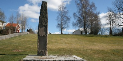 Bautaen på Løken gamla kirkegård. Foto: Riksantikvarens kulturminnebase/Wikimedia Commons.