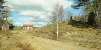Gården Klevmarken med minnesstenen över Halvard Bryngelsson på höjden till höger. Försommaren 2016. Foto: Svein Norheim.