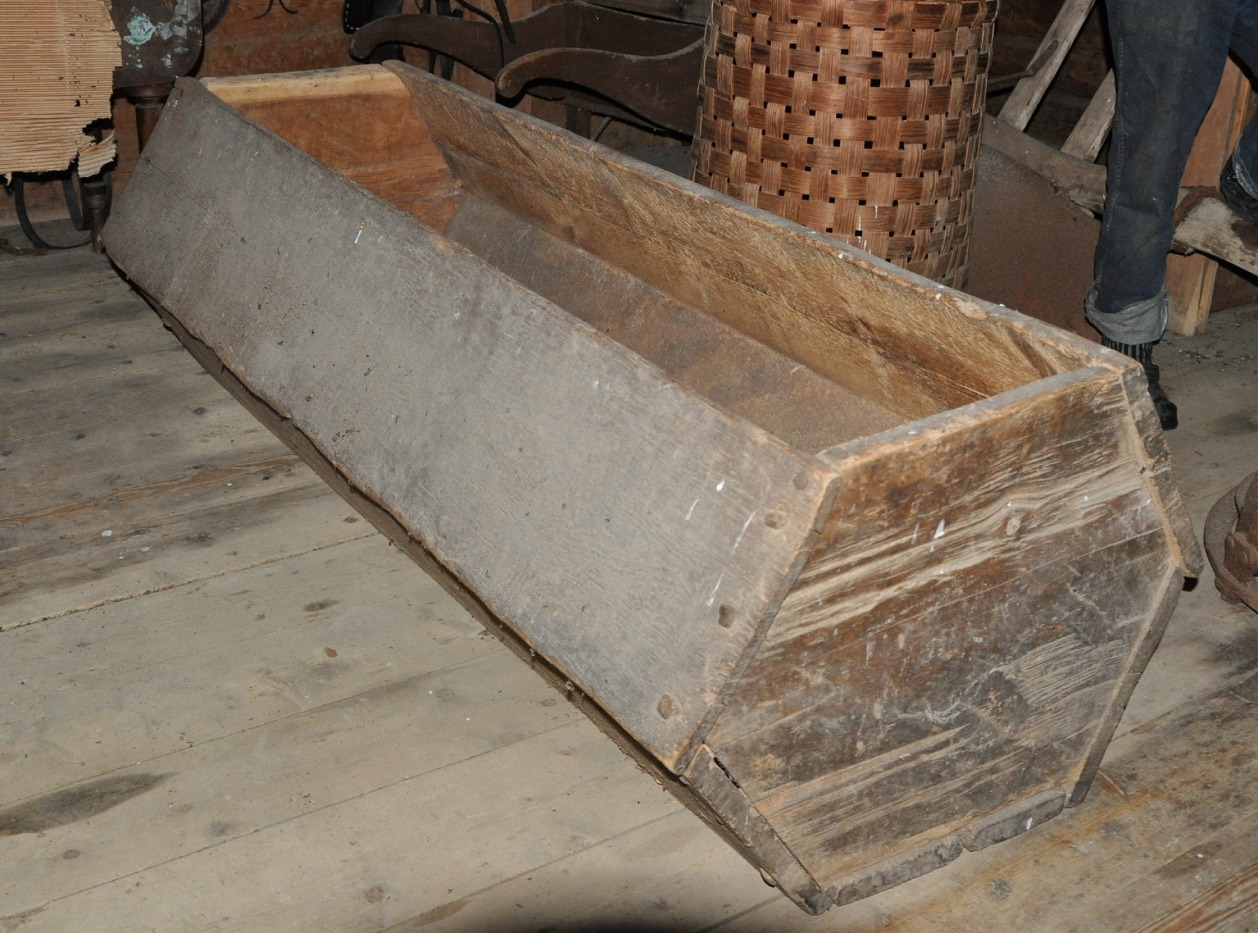Var kisten på Øver-Jervan ved Jonsvatnet tenkt som likkiste for general Armfeldt som sagnet sier? Analyser har ikke klart å få den datert. Foto: NTNU Vitenskapsmuseet
